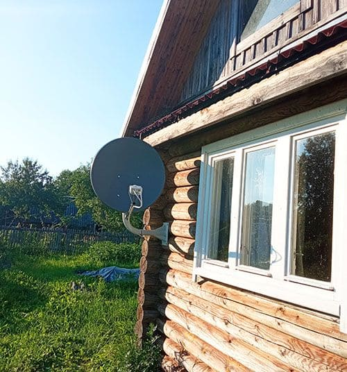 Дом с антенной для спутникового интернета